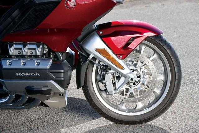 画像: オプションのEZステアリング(25万円)を採用。キャスター角は変えず、フロントアーム角度を変えてトレール量を減らした設定。