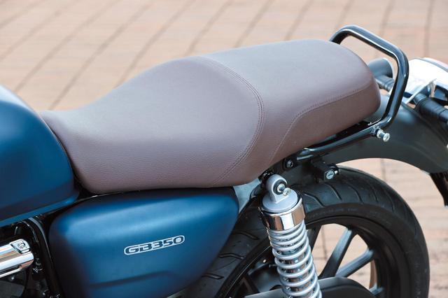 画像: シックなブラウンカラーのシート。一見クラシカルだが、前端を絞り込む形状を採用し足着き性に配慮するなど、現代的な一面もある。