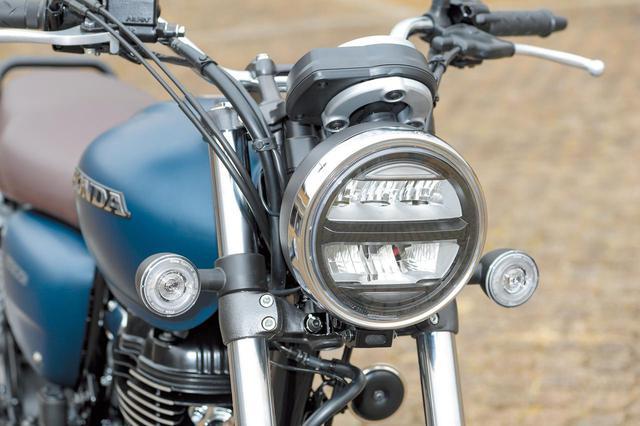 画像: 丸型のケースに収められるヘッドライトにはLEDを採用。ウインカーもクラシックなデザインだが、リング状に光るLEDを使用したもの。