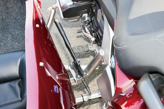 画像: 側車との間にパーキングブレーキ(6万6700円)を装備。側車のフレームはバイク側のフレームの穴を巧みに利用して篏合される。