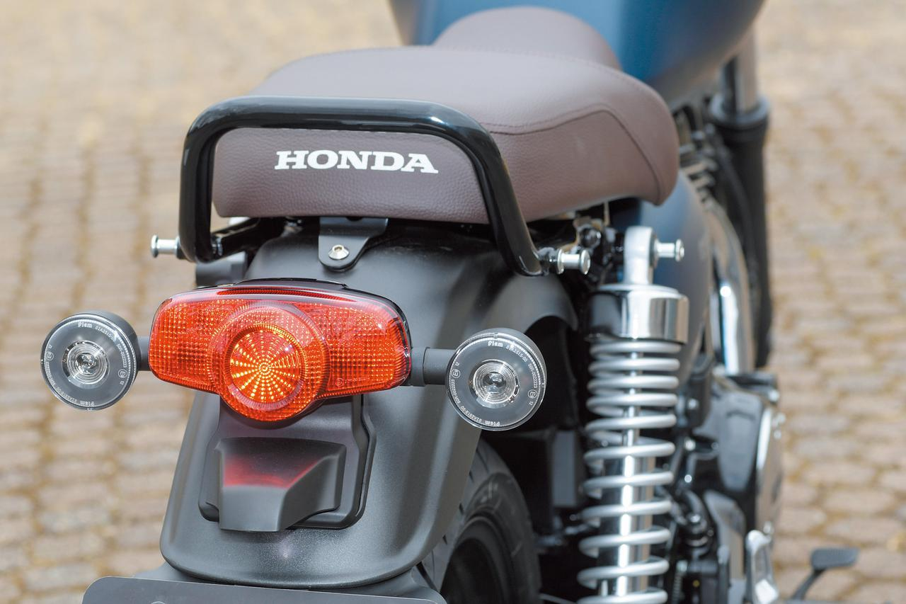 画像: テールランプも1960〜70年代風のクラシカルなデザインだが、光源にはLEDが採用されている。ウインカーは前後ともクリアレンズを採用。