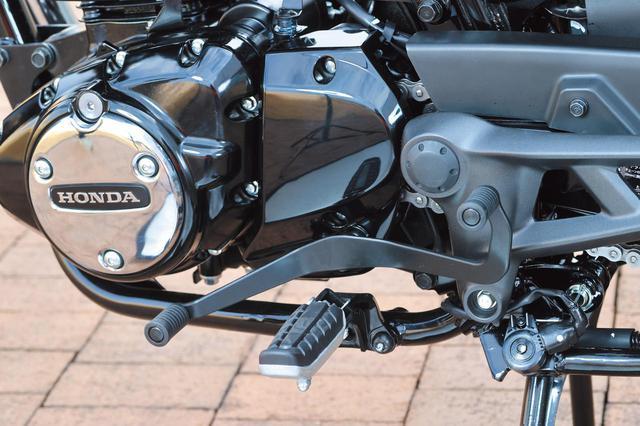 画像: 国内向けのスポーツモデルとしては珍しいシーソー式チェンジペダル。ハイネスCB350からそのまま受け継がれたものだ。