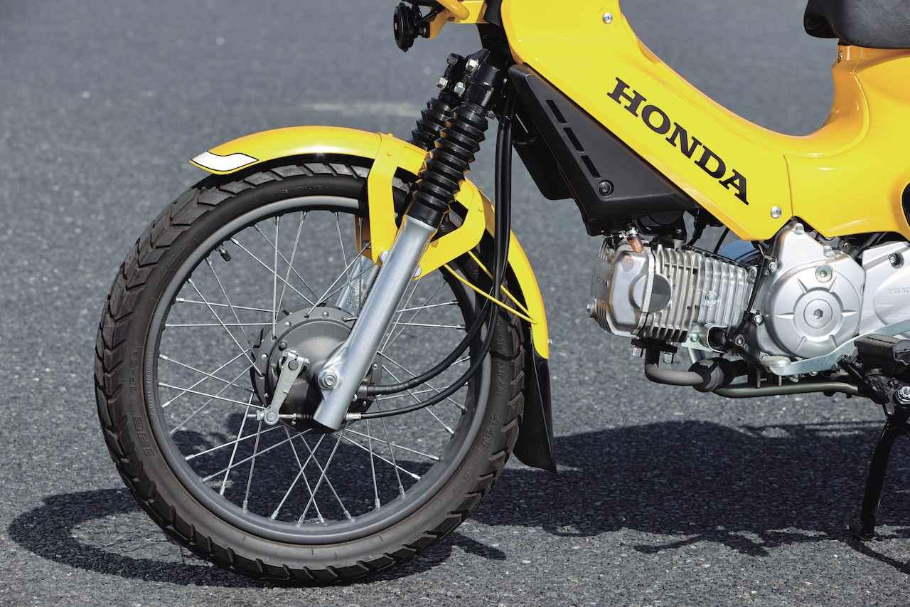 画像: ブレーキは前後ともドラム式。ホイールリムはマットブラック仕上げ。タイヤはワイルドなブロックパターンのものを装着する。