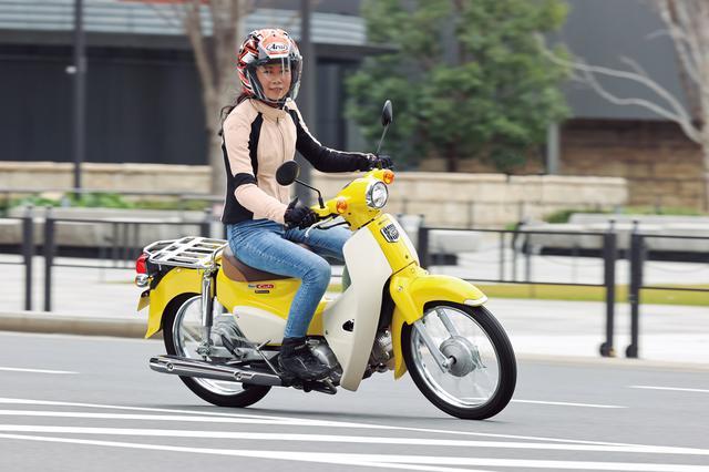 画像: ▲スーパーカブらしいスタイルは健在。試乗車のボディカラーはパールフラッシュイエロー。パーソナルユースをイメージした、2020年6月から加わった新色だ。写真のライダーは木川田ステラ。