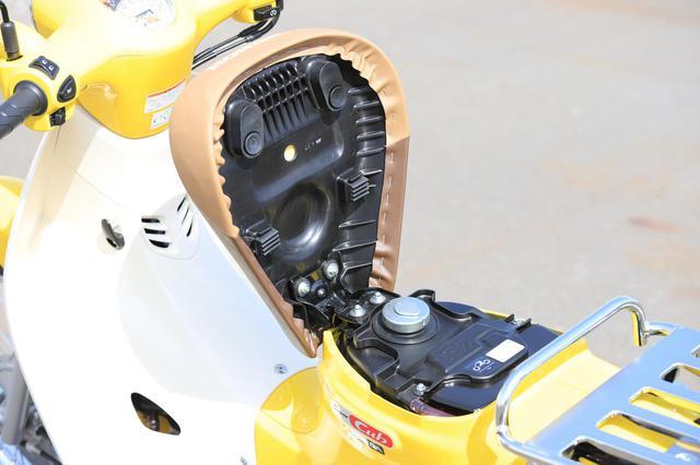 画像: 給油口はシートの下。シートの開閉に鍵は必要なく、キャップにロック機構が備わっています。
