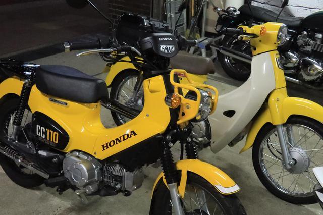 画像: 手前がクロスカブ110。奥がスーパーカブ110。 Honda CROSS CUB 110 総排気量:109cc エンジン形式:空冷4ストSOHC単気筒 シート高:784mm 車両重量:106kg メーカー希望小売価格:税込34万1000円