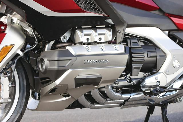 画像: ゴールドウイング伝統のフラット6。現行モデルは排気量1832cc、ユニカム4バルブヘッドを備え、トルク感溢れるパワー特性を実現。