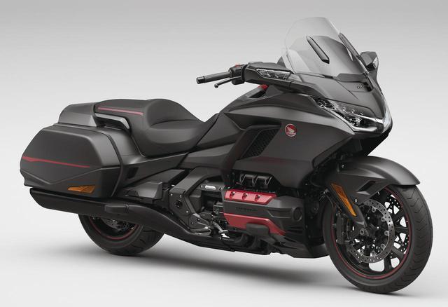 画像: Honda Gold Wing 総排気量:1833cc エンジン形式:水冷4ストSOHC(ユニカム)水平対向6気筒 シート高:745mm 車両重量:366kg 発売日:2021年2月25日(木) メーカー希望小売価格:税込294万8000円 ゴールドウイングのスタンダード。車重もツアーより23kg軽い。こちらはスピーカーをアップグレードしている。