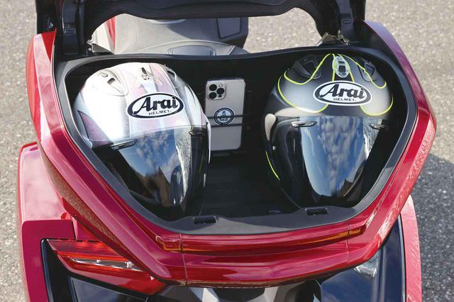 画像: 容量を拡大されたトップボックス。もちろん従来型と同じく2個のヘルメットを楽々と収納できるようにデザインされている。