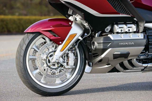 画像: フロントサスはホンダ独自の二輪車用ダブルウイッシュボーン。街乗りから高速道路まで、快適な乗り心地と軽快なハンドリングを両立。
