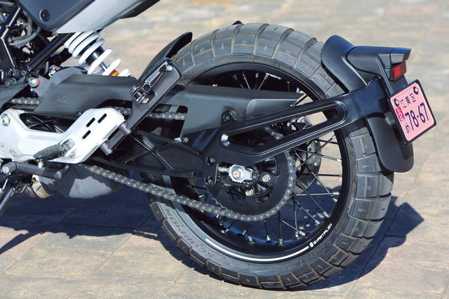 画像: リアフェンダーはスイングアームマウント。ホイールは401同様、前後スポークで、タイヤはピレリ製のブロックパターン。