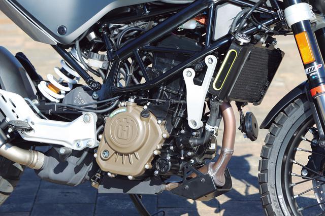 画像: エンジンはDOHC4バルブの単気筒。パワースペックは欧州の免許制度に準じた15PSだが、実際に乗ると数値以上にパワフル。