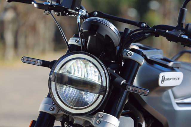 画像: レトロな丸形デザインだが、ヘッドライトは最新のLED式。周囲に配された、リング状のLEDポジションランプもユニークだ。