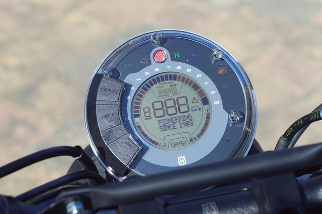 画像: シリーズ共通のデザインでまとめられたメーターは独特の円形デザイン。ABSはロード、スーパーモトの2モードを設定。