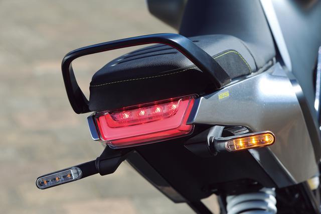 画像: コンパクトなテールカウルや、LEDテールランプはシリーズ共通のもの。前後ウインカーも細身のLEDを採用する。