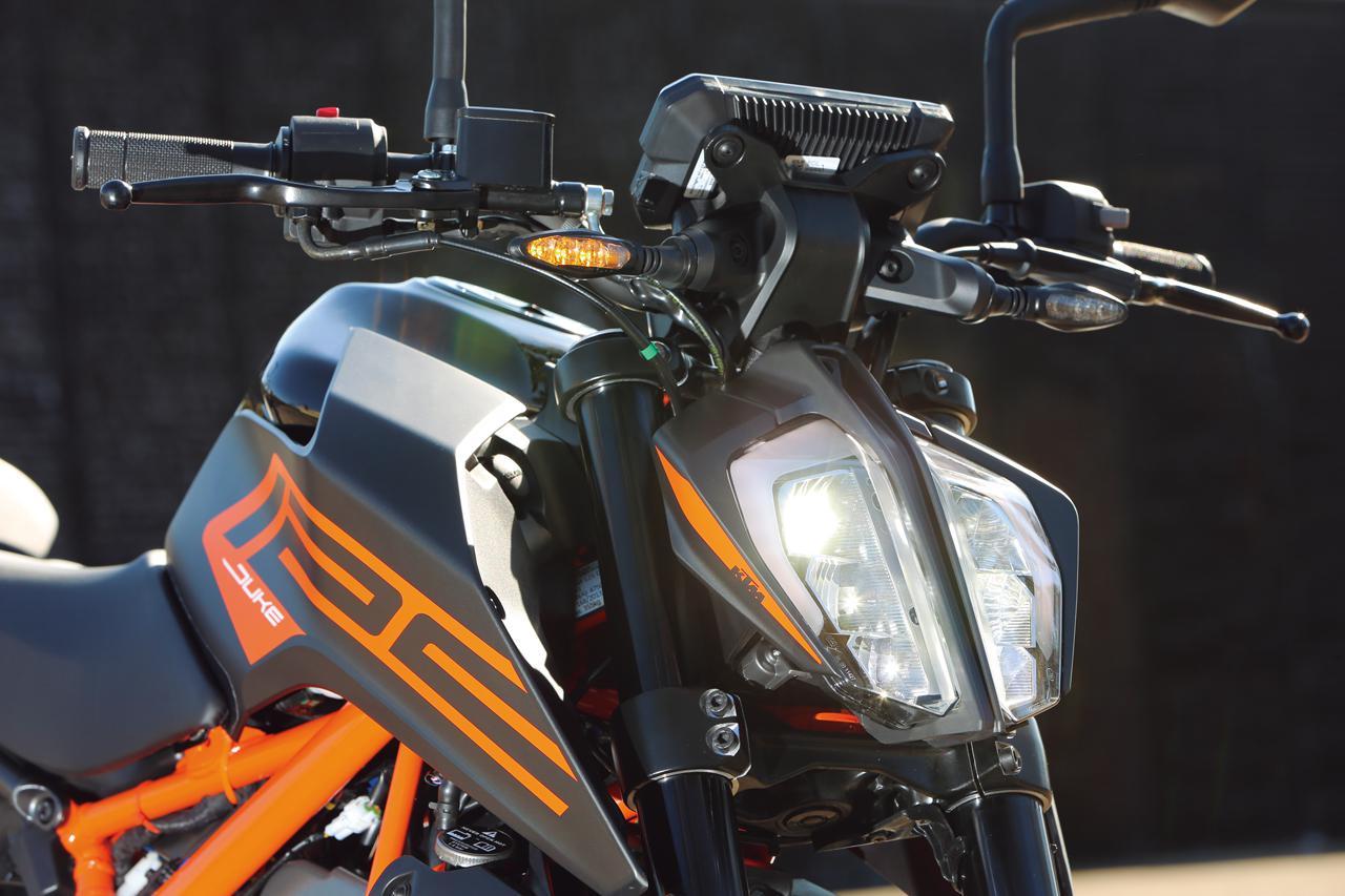 画像: このクラスとしては豪華なLEDヘッドライト。特徴的な縦2分割デザインは、KTMの共通イメージだ。