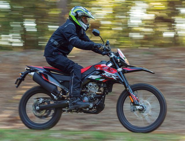 画像1: アプリリア「RX125」なら林道&コース走行も存分に楽しめる! 原付二種フルサイズ・オフロードバイクの魅力