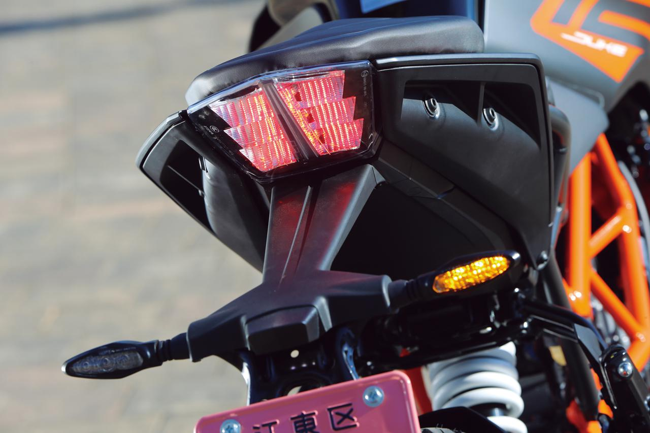 画像: ユニークなヘッドライトと対をなすかのようにデザインされたテールランプはLED。ウインカーもLEDを使用している。