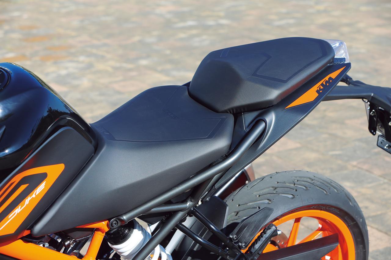 画像: シートは独立したデザインのセパレートタイプタイプで、滑りにくい表皮を採用。前端部の絞り込みも絶妙で、足つき性の向上に貢献。