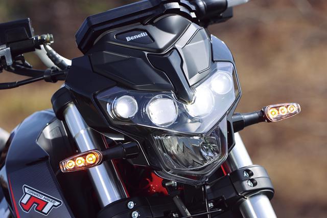 画像: 4連デザインのヘッドライトが精悍でインパクトあるフロントマスクを演出。ウインカーは小型のLEDを採用している。