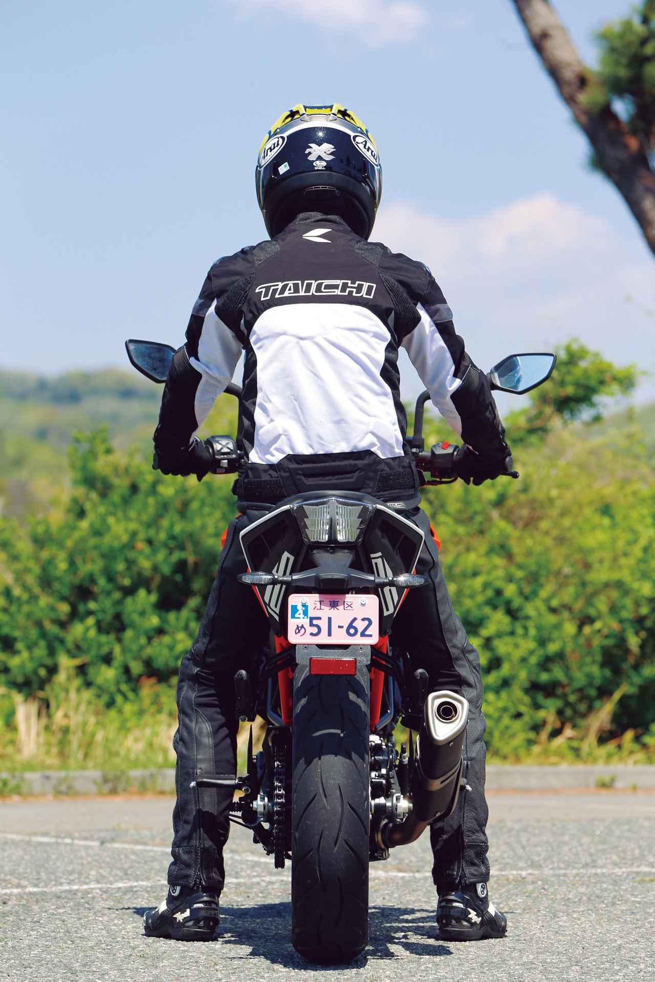 画像: KTM「125 DUKE」ライディングポジション・足つき性