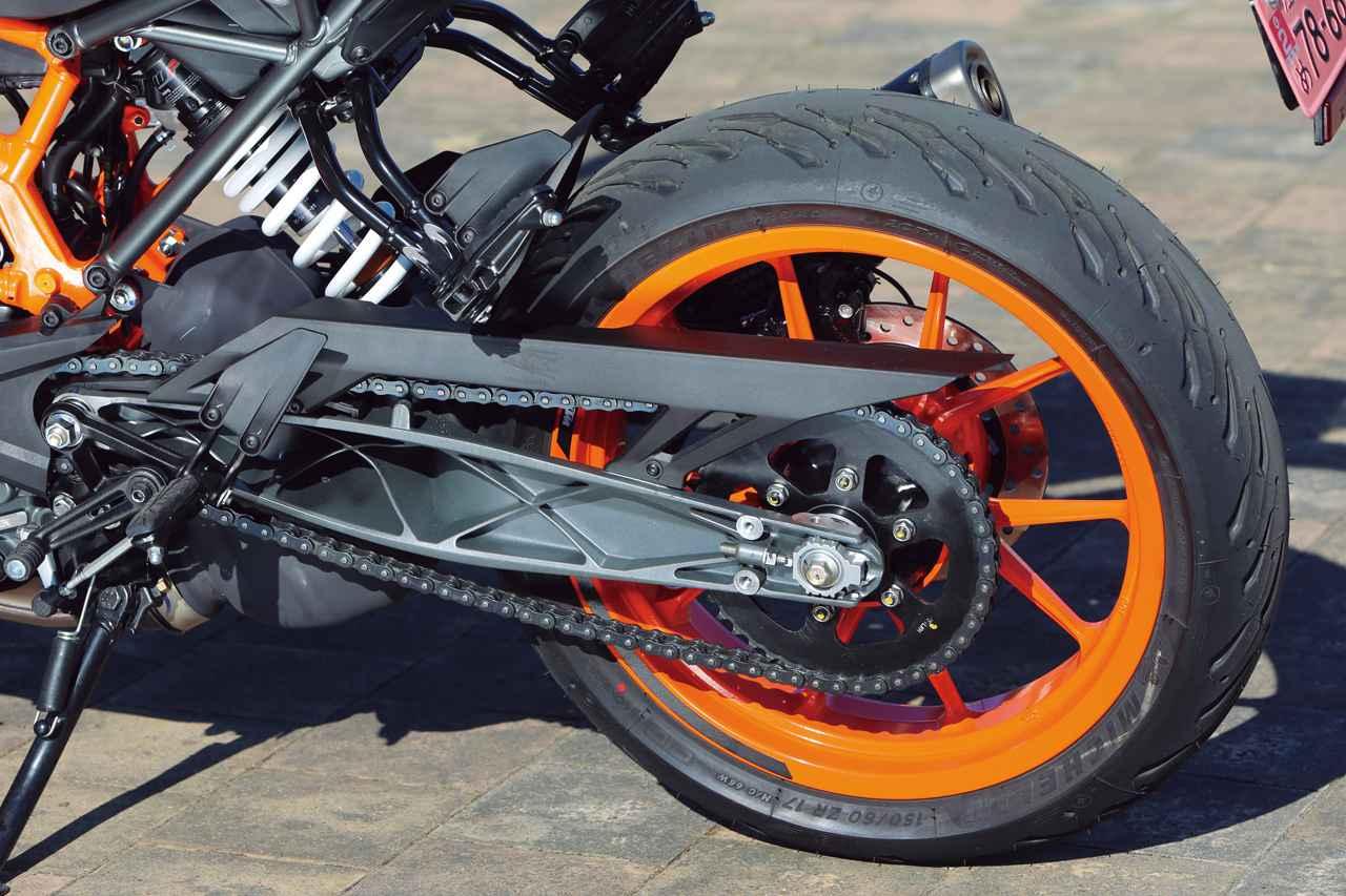 画像: 試乗車の装着タイヤはミシュランのロード5。リアサスはサスペンションストローク150mmを確保している。