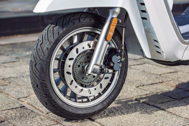 画像: Φ226㎜のディスクブレーキを採用し、前後連動ブレーキも標準装備。試乗車はフロントフェンダー可動式の「フレックス」タイプ。