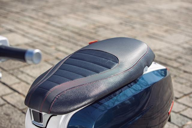 画像: フラットな座面のシートの座り心地は上々。試乗車はブラックの表皮にレッドのステッチが施された上質な仕上がり。