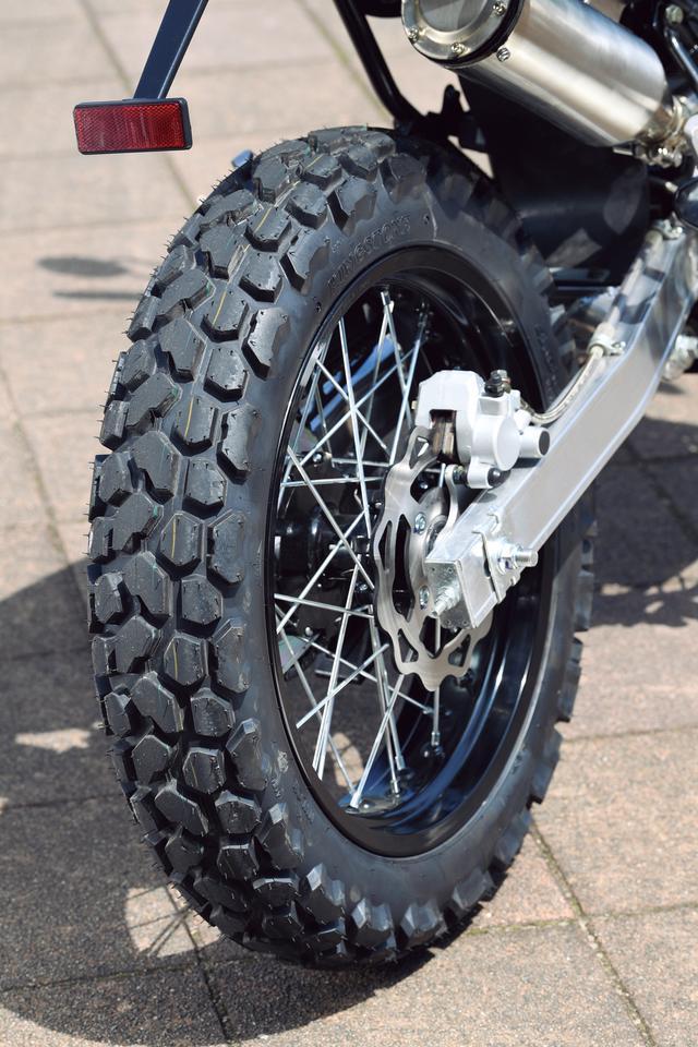 画像: ブロックパターンの130幅17インチ中華製キングストーンタイヤ。舗装路のグリップ力はほどほど、ダートではまずまず。