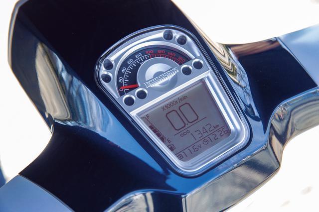 画像: モダンレトロなデザインのメーターは上がアナログ式のスピード、下がデジタルタコメーター。LEDバックライトは7色から選択可能。