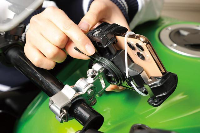 画像: グローブをしたままでも操作しやすい大型ロックレバーを採用。クランプ部は左右方向の首振り機構も備えている。