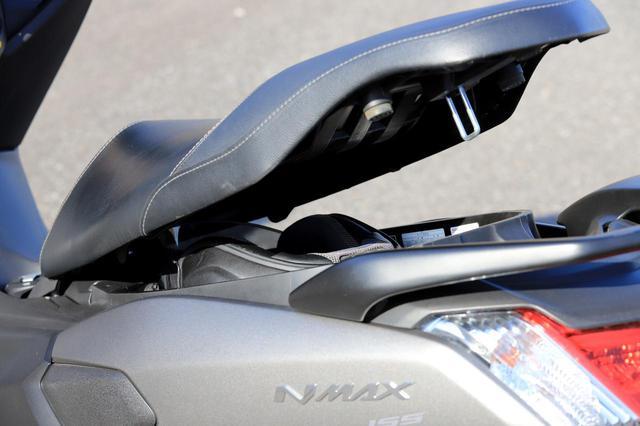 画像: ちなみに、アライヘルメットの「XD」(フルフェイス)と「VZ-ラム」(ジェット)が入るか試してみたが、いずれも入りきらなかった。
