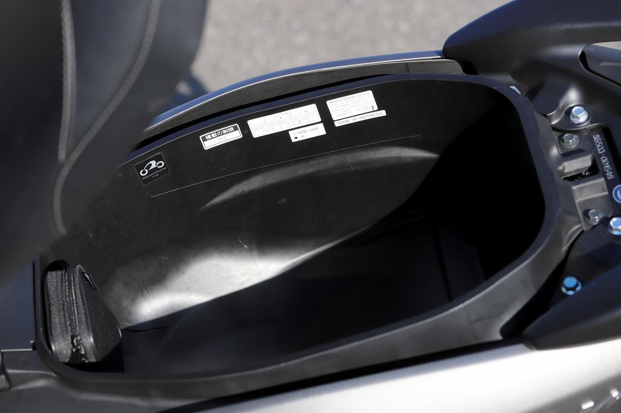 画像: シート下に入るヘルメットは限られている