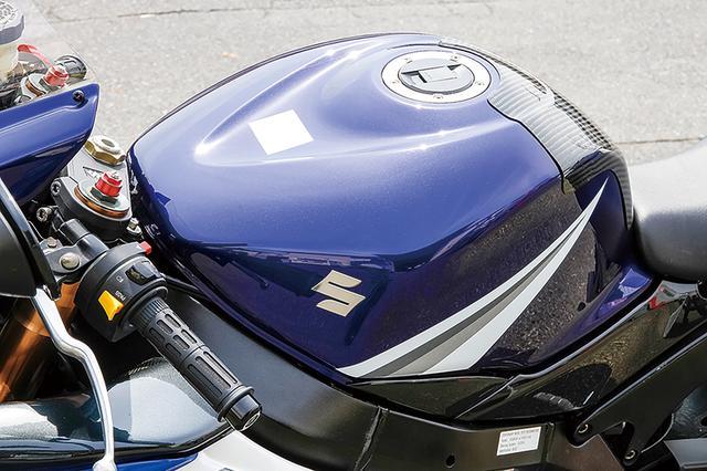 画像: 燃料タンクはGSX-R1000K5のノーマル(カラーも純正そのままだ)で、カーボン製タンクプロテクターも装着されている。