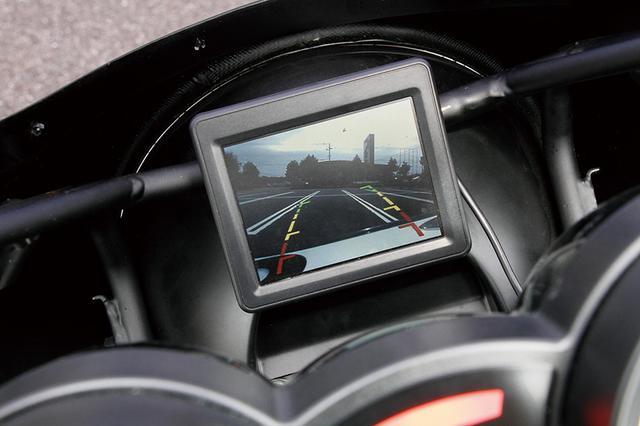画像: フロントカウルのヘッドライト上裏、ライダーから見てメーター奥にはバックビューモニタも備え、後方の視界もしっかりと確保してある。