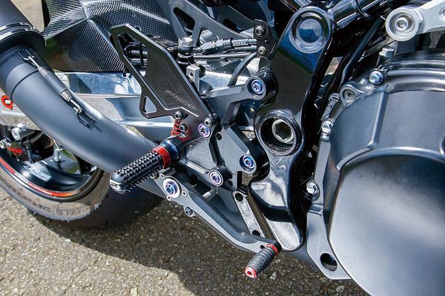画像: ステップは人気のSTRIKER STCコンセプトで、かかとをしっかりヒールガードに付けてホールド性を高めるというライダー向けのオプション「ワイドヒールガード」を装着。このSTCコンセプトステップキットは寺本自動車商会のEZ-SHiFTERにも対応しているものだ。