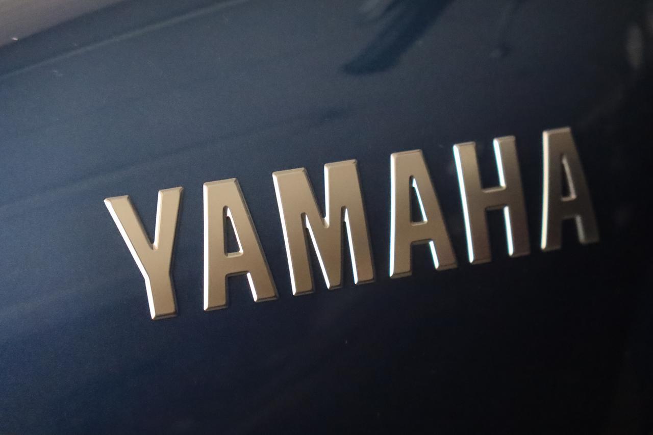 画像: SR400の燃料タンクの「YAMAHA」ロゴ