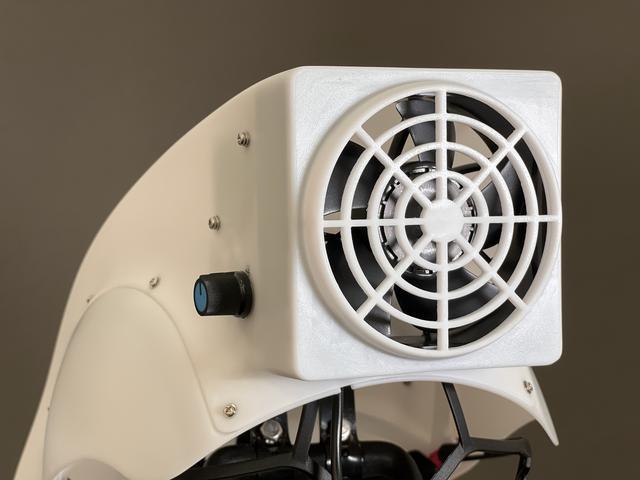 画像: これが後頭部のファン 5Vのモバイルバッテリーで風量は3段階に調整できるそうです