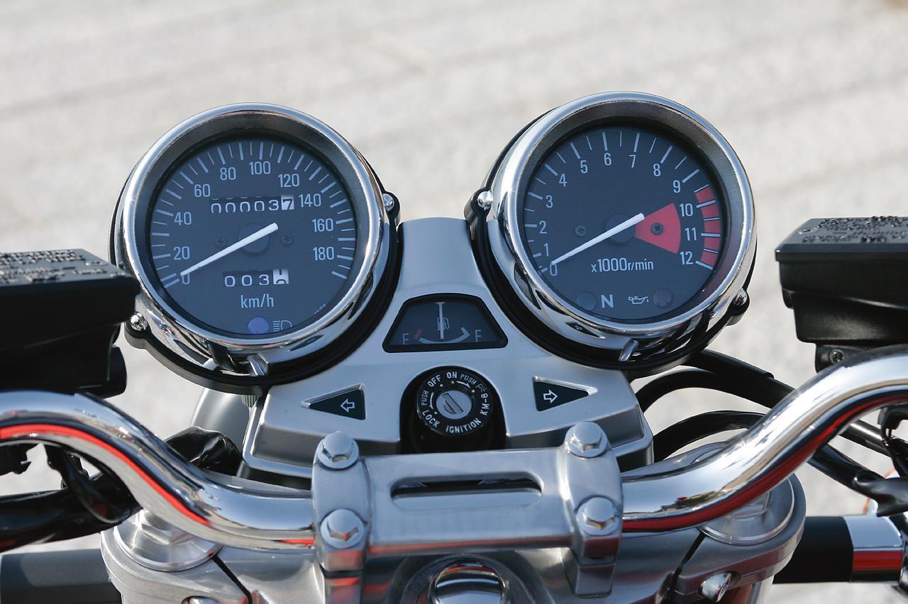 画像: 中央に燃料計を配したメーターは、メッキメーターリングを持つ落ち着いたデザイン。