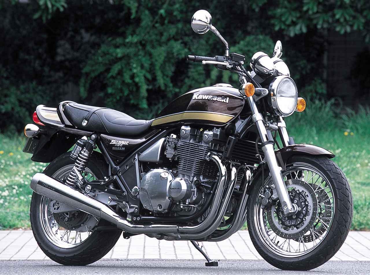 画像: Kawasaki ZEPHYR 1100/RS 1992年~2007年(ZRT10A) エンジン形式:空冷4ストローク・DOHC2バルブ並列4気筒 内径×行程(総排気量):73.5×62.6㎜(1062cc) 最高出力:91PS/7500rpm 最大トルク:8.9kg-m/7800rpm ミッション:5速リターン ブレーキ前・後:ダブルディスク・ディスク 全長×全幅×全高:2165×780×1115mm タイヤサイズ 前・後:120/70-18・160/70-17 燃料タンク容量:18L ホイールベース:1495mm 乾燥重量:251kg 当時の発売価格:88万円 ※諸元はRS・2003年モデル 2002年2月にはゼファー1100の基本構成をそのままに、スポークホイールと専用フロントブレーキディスク&キャリパーを装備し、「Kawasaki」の立体タンクエンブレムと専用のサイドカバーデカールを採用したRSを追加。ブラウンベースのZ1Aタイプグラフィックもそのムードにマッチしている。