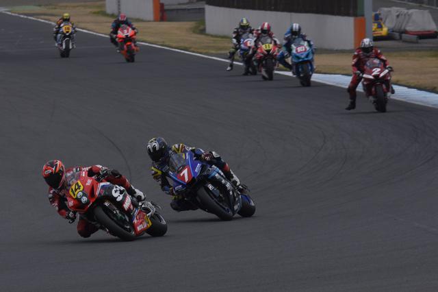 画像: 渡辺×中須賀が3番手以降を引き離してレースをリード