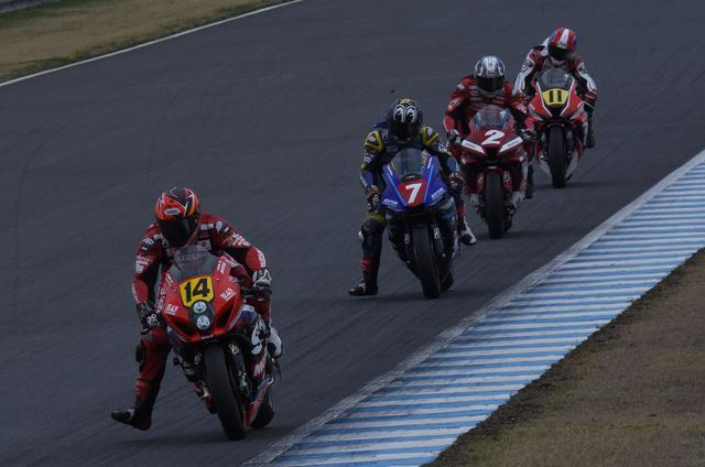 画像: トップグループはこの4人 区間によって速い遅いがあっても、1周すると同じ間隔にもどります