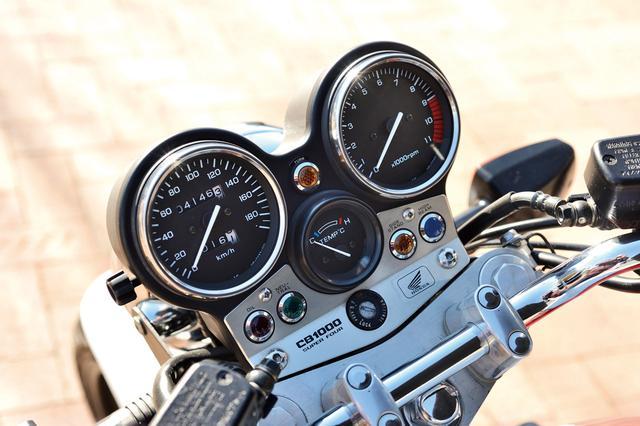 画像: スピード&タコは大径Φ96㎜。中央は水温計で、シルバーのプレートにインジケーターランプが整然と配列される。