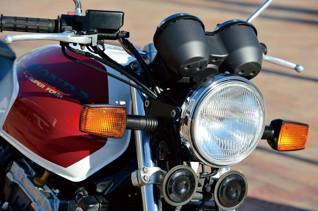 画像: ヘッドライトやメーター、ウインカーやホーンの大きさと位置関係はまさにCB-Fシリーズそのもの。