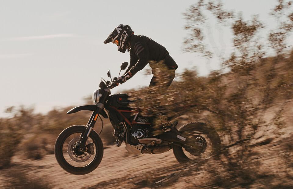 画像: ドゥカティが新型車「スクランブラー・デザートスレッド・ファストハウス」を発表! 限定800台のコラボモデル - webオートバイ
