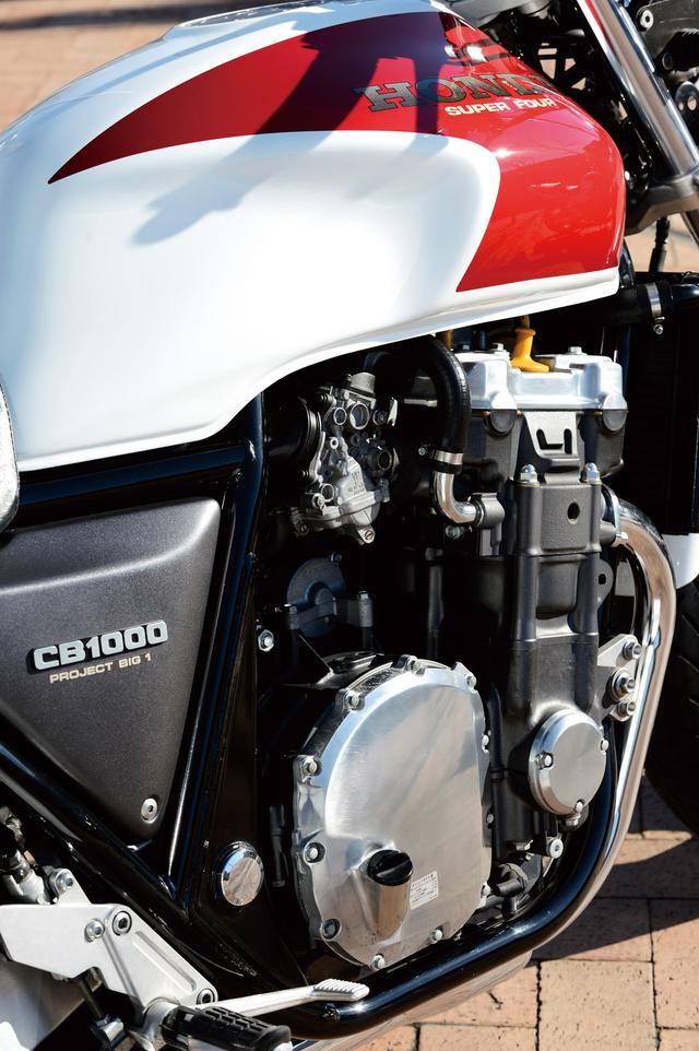 画像: フルカバードツアラーCBR1000Fのエンジンをベースに吸排気を専用設定し、バルブタイミングを変更。低中 回転域で力強い特性に仕上げている。