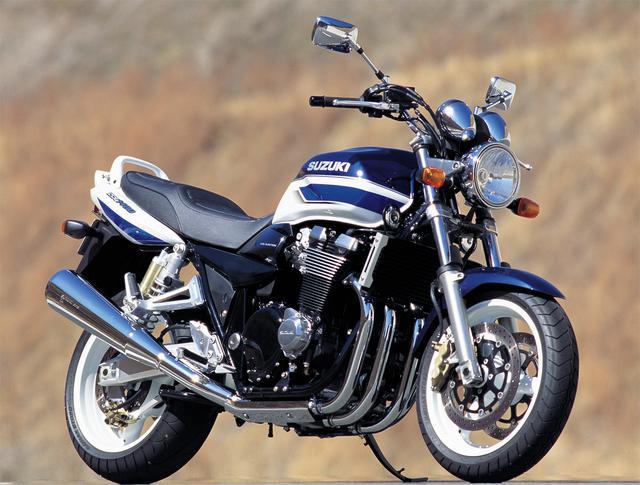 画像: SUZUKI GSX1400 2001-2008年(GY71A) エンジン形式:油冷4ストDOHC4バルブ並列4気筒 内径×行程(総排気量):81×68㎜(1401cc) 最高出力:100PS/8500rpm 最大トルク:12.8kg-m/6500rpm ミッション:6速リターン ブレーキ前・後:ダブルディスク・ディスク 全長×全幅×全高:2160×810×1140mm タイヤサイズ 前・後:120/70ZR17・190/50ZR17 燃料タンク容量:22L ホイールベース:1520mm 乾燥重量:228kg 当時の発売価格:99万8000円 ※諸元は2001年モデル