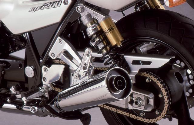 画像: マフラーは4-1-2レイアウトのショートメガホンタイプを採用。Φ42.7mmのエキパイ径は当時クラス最大で、エンジン外観の力感をアップする演出に貢献していた。