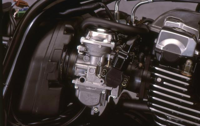 画像: エンジン回転数やスロットル開度などを点火時期に反映するスロットルポジションセンサー付きBS36 Φキャブレターを採用。