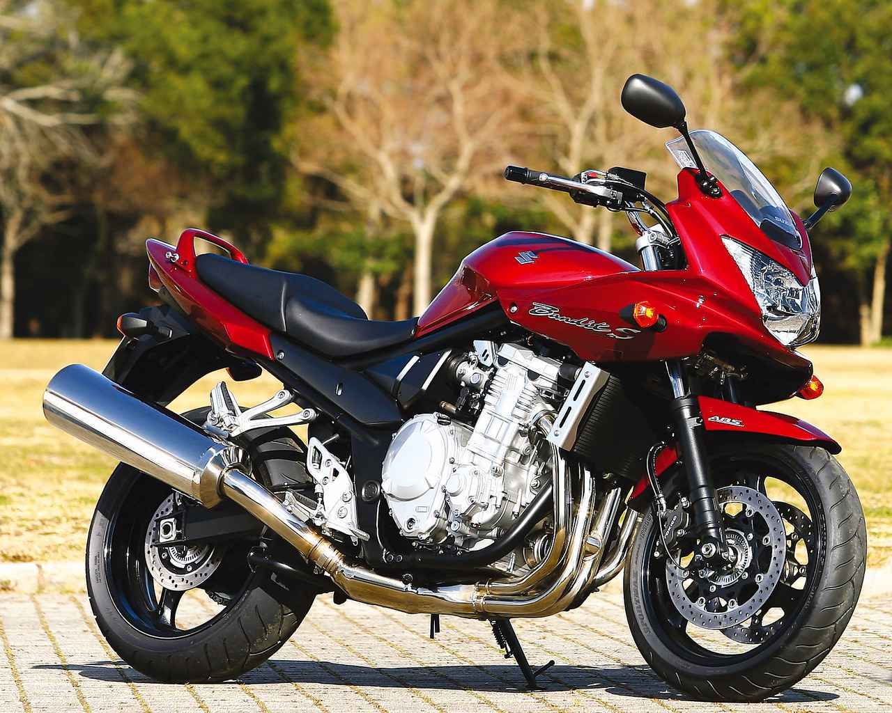 画像: SUZUKI BANDIT1250S エンジン形式:水冷4ストローク・DOHC4バルブ並列4気筒 内径×行程(総排気量):79.0×64.0㎜(1062cc) 最高出力:100PS/7500rpm 最大トルク:10.9kg-m/3500rpm ミッション:6速リターン ブレーキ前・後:ダブルディスク・ディスク 全長×全幅×全高:2130×790×1235mm タイヤサイズ 前・後:120/70ZR17・180/55ZR17 燃料タンク容量:19L ホイールベース:1485mm 乾燥重量:229kg 当時の発売価格:102万9000円 ※諸元はS・2007年モデル